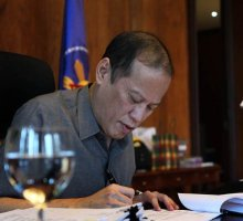 Pnoy-signing-law-13thmonth-tax-exemption